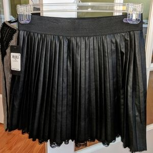 Ladies Pleated skirt by Guess?